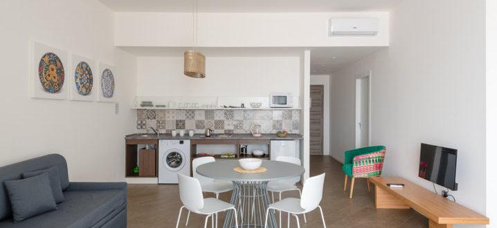 гостиная и кухня с балконом