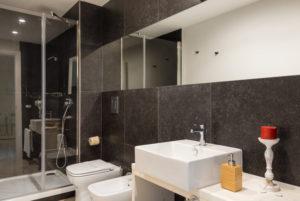 Роскошная двухкомнатная ванная комната с джакузи