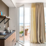 кухня с видом из роскошной двухкомнатной квартиры с джакузи