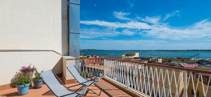 Джакузи на открытой веранде с видом на море